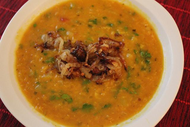 Receita de sopa temperada de lentilha vermelha com cebolas crocantes