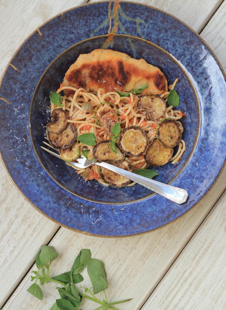 Peixe empanado e espaguete com molho de tomate caseiro