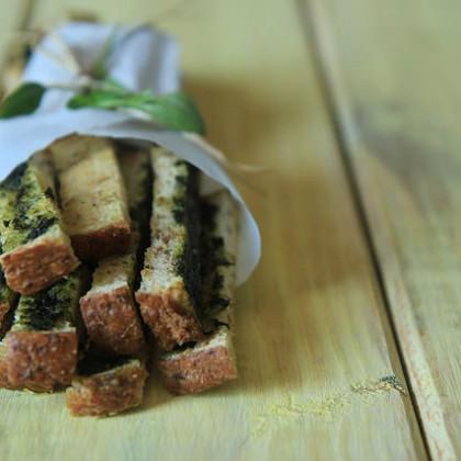 Grissini improvisado: torrada com pesto de manjericão