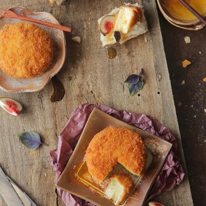 Queijo brie empanado e frito, ô delícia!
