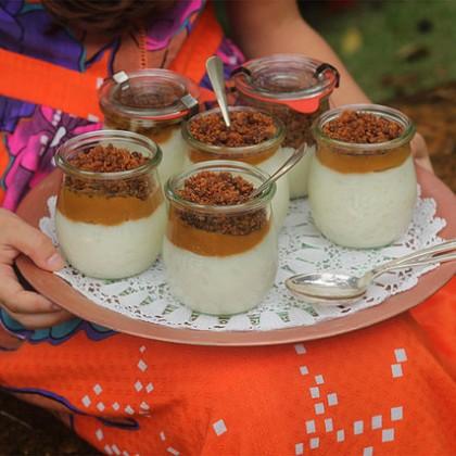 Arroz doce com calda de caramelo salgado e farofa doce crocante