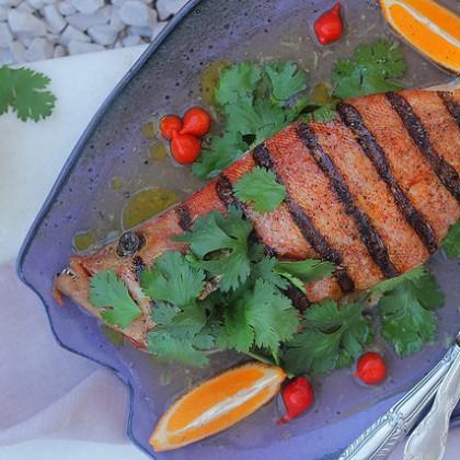 Peixe assado com molho de limão e gengibre