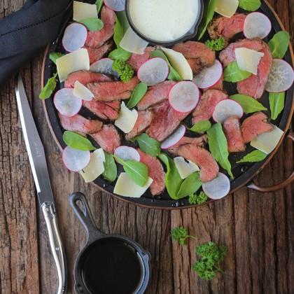 Salada com carne e dois molhos especiais