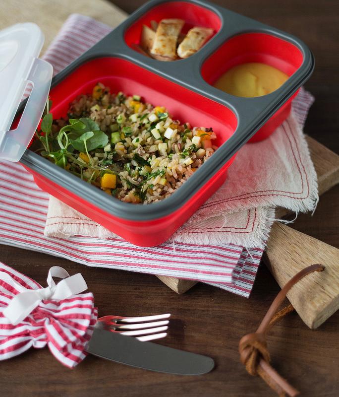 Salada com arroz, abobrinha e manga na marmita