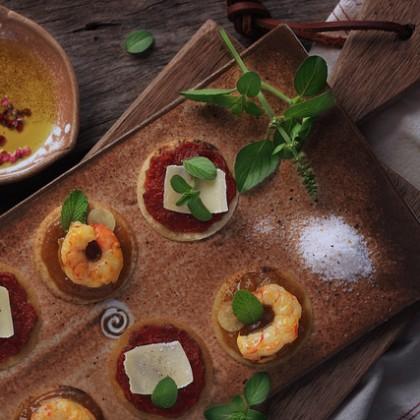 Petiscos rápidos com tomate e camarão