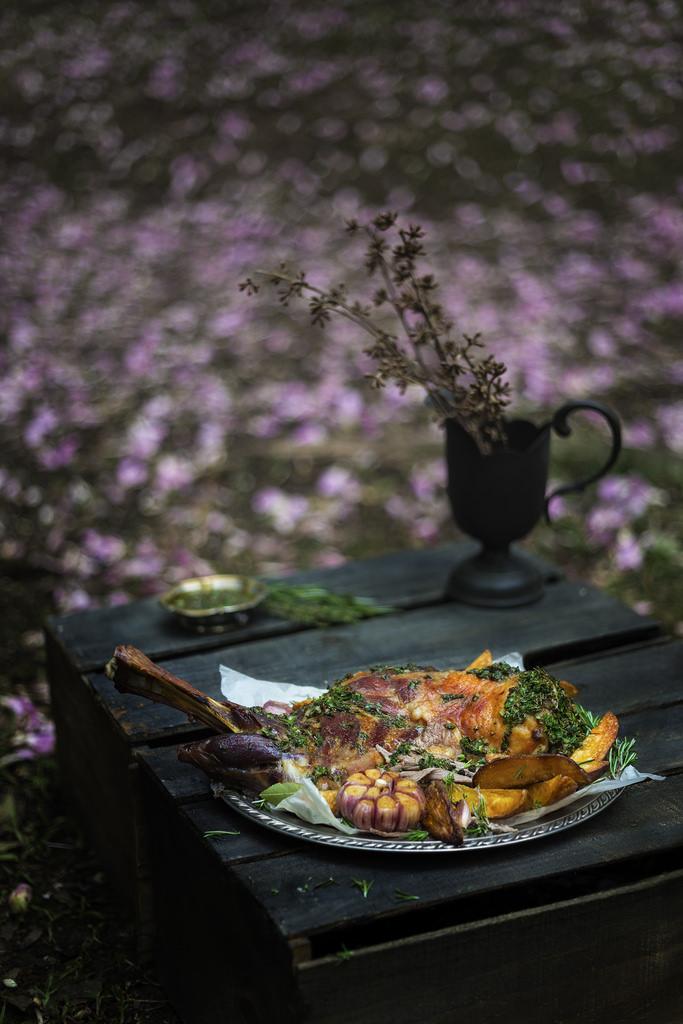 Paleta de cordeiro, molho chimichurri e batatas rústicas